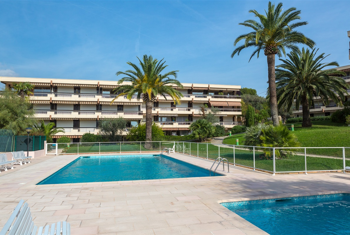 A vendre alpes maritimes antibes terrasse ensoleill e for Piscine coque alpes maritimes